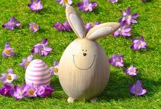 在绿草的复活节兔子 免版税库存图片
