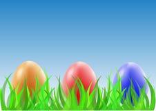 在绿草的复活节彩蛋 免版税图库摄影