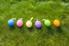 在绿草的多彩多姿的复活节彩蛋 免版税库存照片