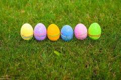 在绿草的多彩多姿的复活节彩蛋 库存图片