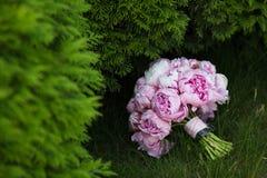 在绿草的婚礼花束 新娘的花 免版税库存图片