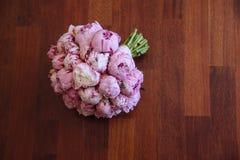 在绿草的婚礼花束 新娘的花 图库摄影