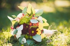 在绿草的婚礼花束 免版税库存图片