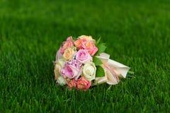 在绿草的婚礼花束 库存图片