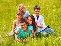 在绿草的家庭 免版税库存照片