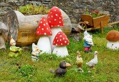 在绿草的庭院雕象 库存照片