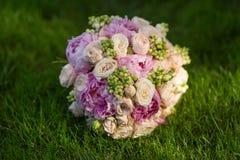 在绿草的新娘的花束 库存照片