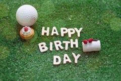 在绿草的生日快乐字母表为高尔夫球运动员生日 库存图片