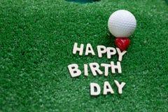 在绿草的生日快乐字母表为高尔夫球运动员生日 免版税库存照片