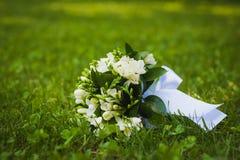在绿草的白色婚礼花 库存照片