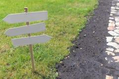 在绿草的空白的标志 免版税库存图片