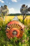 在绿草的老飞机机体 免版税库存照片