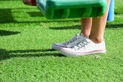 在绿草的脚 免版税图库摄影