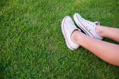 在绿草的腿 库存照片
