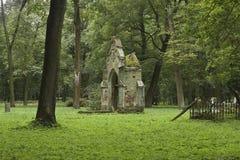 在绿草的被破坏的地下埋葬室 免版税库存图片