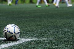 在绿草的足球橄榄球 免版税库存照片