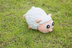 在绿草的逗人喜爱的绵羊 免版税库存图片