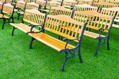 在绿草的长木凳葡萄酒 免版税库存图片