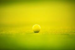 在绿草的高尔夫球在豪华高尔夫俱乐部 库存照片
