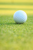 在绿草的高尔夫球在路线 免版税库存照片