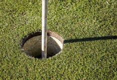 在绿草的高尔夫球旗子 免版税库存图片