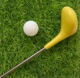 在绿草的高尔夫球集合玩具 免版税库存图片