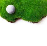在绿草的高尔夫球 免版税库存照片