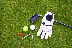 在绿草的高尔夫用品 免版税图库摄影