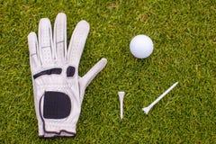 在绿草的高尔夫用品 图库摄影