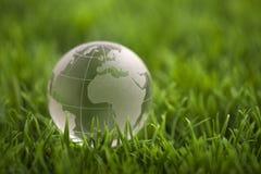 在绿草的水晶地球 图库摄影