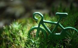 在绿草的绿色自行车 免版税库存图片