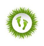 在绿草的Eco友好的脚印 免版税库存照片