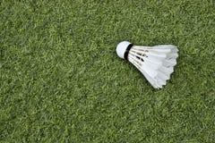 在绿草的Shuttlecock 图库摄影