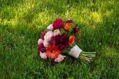 在绿草背景的婚礼花束 图库摄影