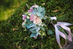 在绿草背景的婚礼花束  免版税库存图片