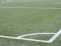 在绿草运动场的足球赛角落 库存图片