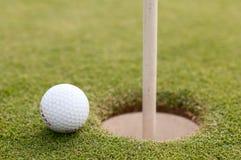 在绿草,选择聚焦的高尔夫球 库存照片