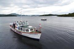 在洛蒙德湖,苏格兰,英国的小船巡航 免版税库存图片