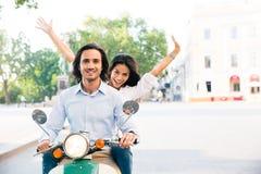 在滑行车的快乐的夫妇骑马 库存照片