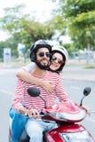 在滑行车的快乐的夫妇 免版税库存照片