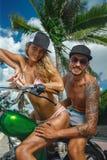 在滑行车的年轻夫妇 免版税库存照片