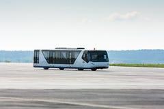 在滑行道的机场公共汽车 免版税库存图片