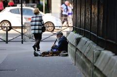 在巴黎街道上的单簧管歌手  库存照片