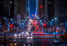 在42街道上的夜交通在纽约 图库摄影