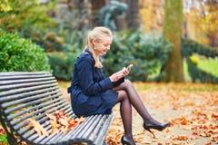 在巴黎街道上的美丽的少妇在一晴朗的秋天天 库存照片
