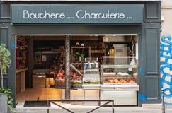 在巴黎街道的肉店 免版税库存图片