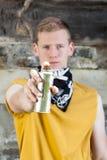 在绘街道画前的男性小流氓 免版税库存图片