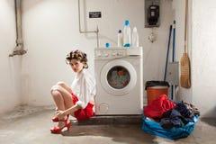 在洗衣店不耐烦的主妇 免版税库存照片