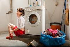 在洗衣店不耐烦的主妇 免版税图库摄影
