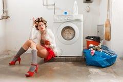 在洗衣店不耐烦的主妇 库存照片